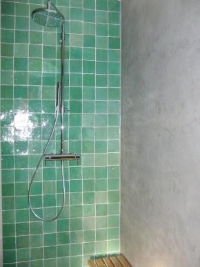 Combi beton en zellige turqoise, mooi in badkamer en keuken