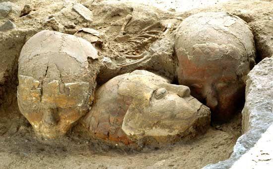 Teschi integrati con stucco; 9.500-9.000 anni fa circa, Neolitico preceramico (6.800-6.500 a.C.); teschi umani integrati con stucco; Damasco, Siria. I teschi furono ritrovati nei pressi della città di Damasco, in Siria. Essi sono un'importante testimonianza dell'introduzione, in questa fase del Neolitico, del culto del defunto, il cui volto, dopo la decomposizione, veniva integrato con stucco in modo da ricostruire le fattezza del morto.