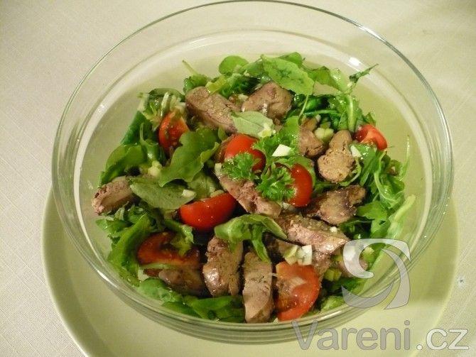 Salát plný vitamínů připravíme z polníčku, rukoly, žampionů a kuřecích jater. Salát je vhodný i jako lehká večeře.
