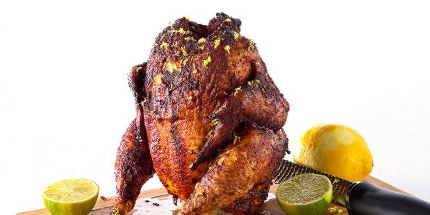 Beercan chicken: Recept voor een hele gegrilde kip van de barbecue met bier, limoen en citroen. Heerlijk ingesmeerd met olijfolie en gedroogde kruiden zoals paprikapoeder, komijnpoeder, knoflook en chilipoeder.