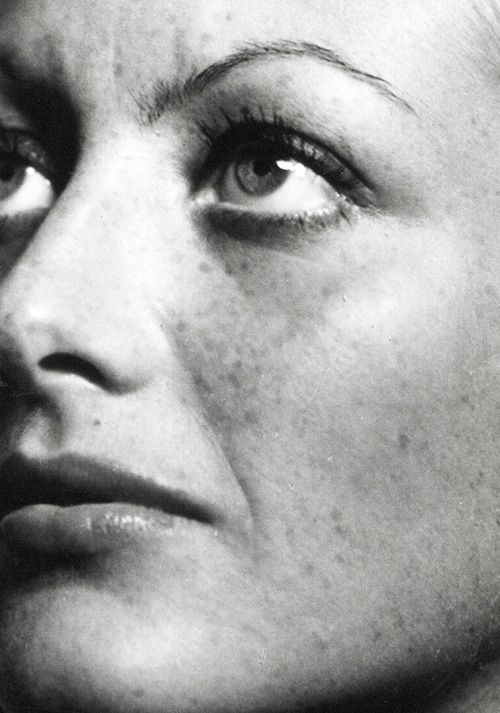 An unretouched Joan Crawford, photographed by George Hurrell in 1931.