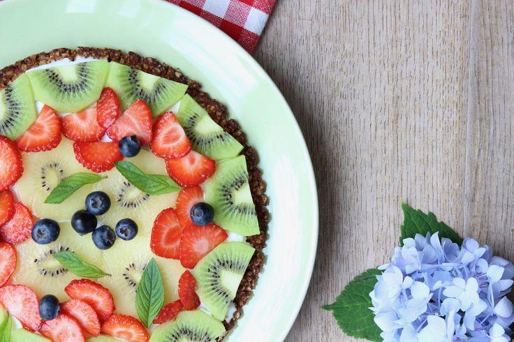 Heerlijk gezond recept voor ontbijtpizza van havermout, belegd met zomerfruit zoals de gele kiwi. Gezonde recepten voor het hele gezin op eethetbeter.nl!