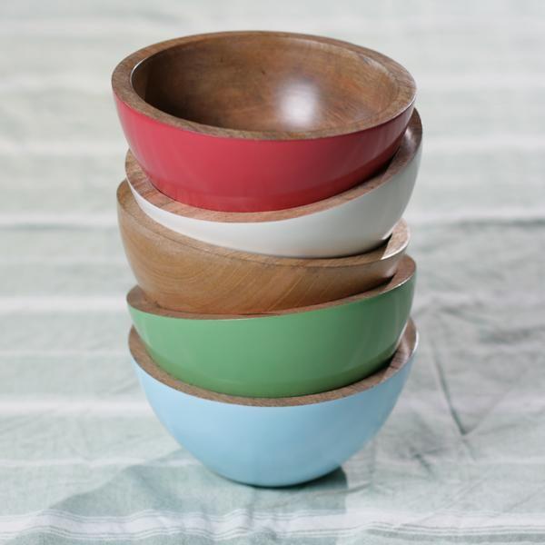 Kleurrijke kommen van massief mangohout. Creëer een warme sfeer op tafel door hier drankjes of hapjes in te serveren. Elke schaal is handgemaakt en handgeschilderd.  Kleuren: Crème, blauw, rood, groen, naturel.