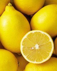 Benefici del limone su capelli e pelle..... Cura dei capelli: il succo di limone, se applicato sul cuoio capelluto, può attenuare alcuni problemi come la forfora, la caduta dei capelli e altri problemi relativi alla cute e capelli. Inoltre, dona una lucentezza naturale. Cura della pelle: il succo di limone, essendo un antisettico naturale, può risolvere problemi legati alla pelle.