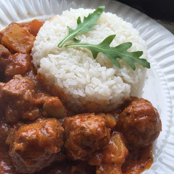 Albondigas con arroz blanco. Meatballs and white rice.
