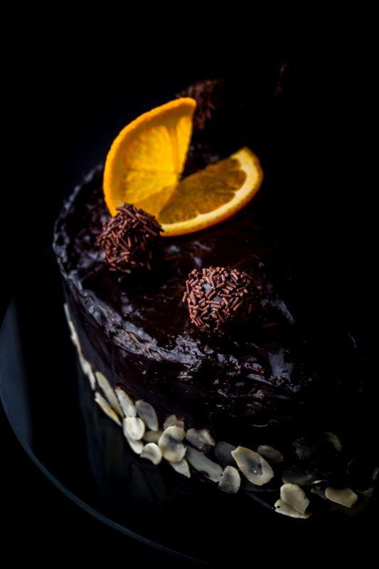 Pyszny tort złożony z ciasta czekoladowo-migdałowego, chrupiącej warstwy i czekoladowego musu. Zapraszam :)