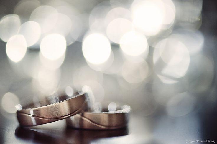 Obrączki ślubne - detal.   Zdjęcia ślubne: www.moment.com.pl   Warsztaty dla fotografów: www.szkolaobrazu.pl oraz Akademia Nikona / The rings - detail.   My wedding images: www.moment.com.pl   International workshops for wedding photographers: www.moment-workshops.com