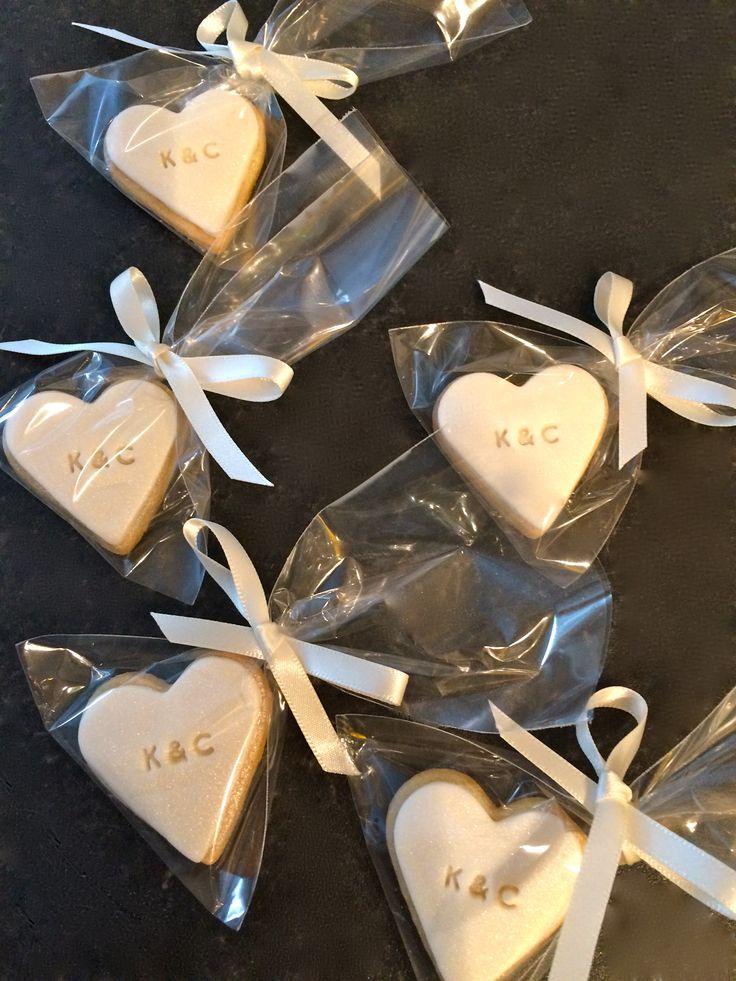 Personalised initial mini heart biscuits / galletas pequeñas con forma de corazón personalizada con las iniciales / recuerdo de matrimonio