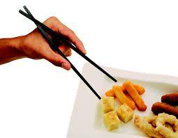 22 - En el pasado se elaboraron estos palillos con materiales más caros tales como el marfil y la plata. En la mayoría de los platos de la cocina china, los alimentos se preparan en pequeñas porciones (por ejemplo, los vegetales, la carne, el doufu), para que se puedan comer directamente pinzados con los palillos.