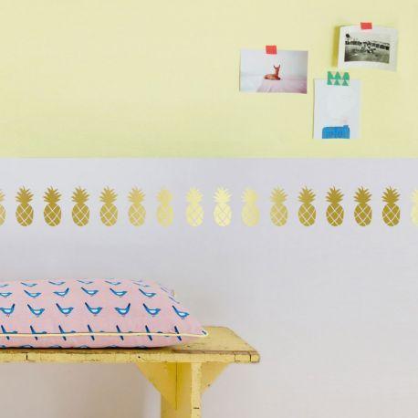 Stickers Frise Ananas doré Mimi'Lou -  La frise Ananas se décline ainsi en 2 versions. Pour une déco colorée et dynamique, optez pour la frise multicolore avec ses fruits couleur vert clair, vert foncé, rouge et rose. Pour une déco plus chic, misez sur le sticker ananas doré.