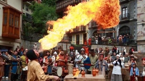 Un fakir realiza un número con fuego en la plaza de San Severino ante la mirada de los vecinos de Balmaseda que participaron en la representación.