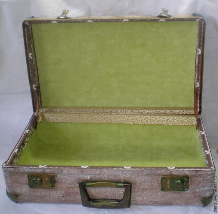Хочу поделиться с вами реставрацией своего старого чемоданчика. Он мне очень дорог, так как сначала был моим, потом мой сын ездил с ним в пионерский лагерь, а еще позже и моя дочка тоже. А когда дети выросли, его набили разным тряпьем и благополучно загнали в дальний угол. И вот наконец-то я до него добралась и решила подарить ему вторую молодость. Вот в таком виде он был: Для реставрации че…