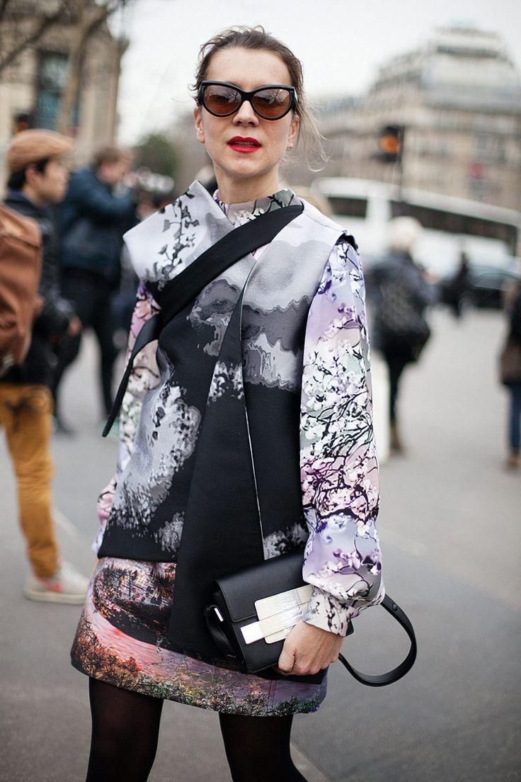 La indiscutible reina del print se encuentra en París. Natalie Joos funde en su look paisajes florales y fríos atardeceres. Sus inseparables gafas de sol con forma de ojo de gato y el rojo de labios la acompañan una vez más.