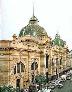 Mercado Municipal da cidade de São Paulo, inaugurado em 1933, é um importante entreposto comercial de atacado e varejo, especializado na comercialização de frutas, verduras, cereais, carnes, temperos e outros produtos alimentícios.