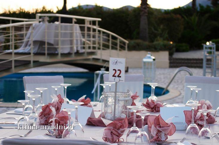 Το γεφυράκι πάνω από την πισίνα είναι ένα από τα στοιχεία που χαρακτηρίζουν το κτήμα Αριάδνη. Στις καλοκαιρινές δεξιώσεις, τα ζευγάρια λατρεύουν να κόβουν την γαμήλια τούρτα πάνω σε αυτό!