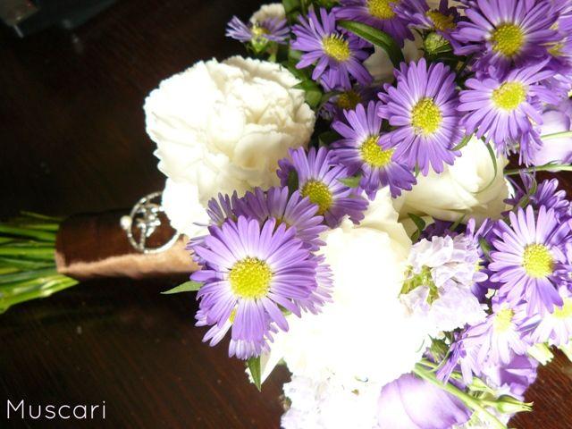 Astry i goździki w bukiecie druhny w kolorach biało-fioletowych