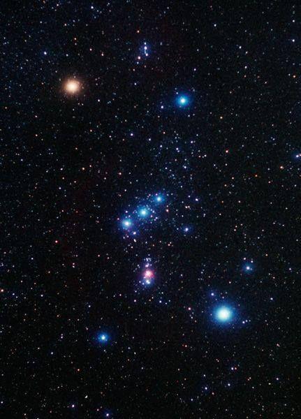 Essa é a famosa Constelação de Órion, aqui no Brasil ela é facilmente reconhecida pelas 'três marias', que formam o cinturão da constelação.