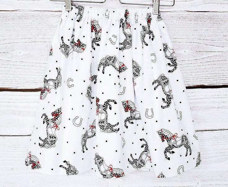 Jupe blanche en coton aux chevaux noirs, aux fers à cheval, tissu liberty : Jupe par atelier-mademoiselle-k