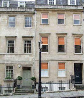 У георгианского дома нет архитипического размера, чаще всего встречаются трех этажные дома с подвалами. Первые два этажа для хозяев, а верхний этаж, под самой крышей для слуг. В подвале находилась кухня и другие хозяйственные помещения. English Buildings: ...c 1720-1837