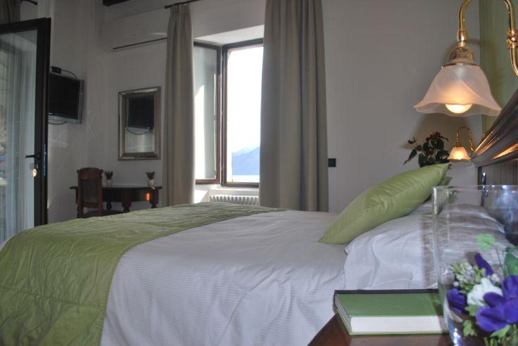 Junior suite Belvedere vista lago ospita fino a 4 persone, dispone anche di zona soggiorno con divano ed è dotata di un ampio terrazzo. Dotate di tavolo e sdraio per le aree esterne.