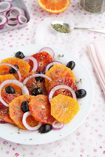Insalata di arance alla siciliana, con arance rosse, cipolla di Tropea e olive: semplice, veloce e molto saporita.