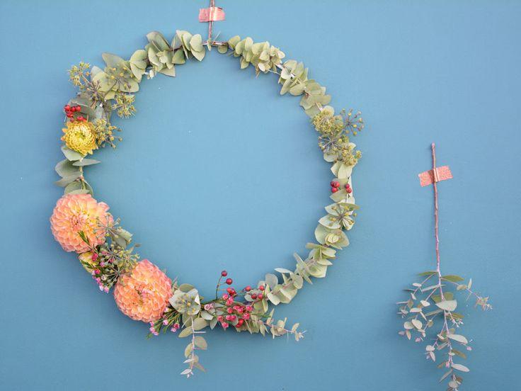 C'est l'automne !! Nous on aime ses couleurs. Alors, on en profite pour faire des couronnes de fleurs pour décorer la maison...