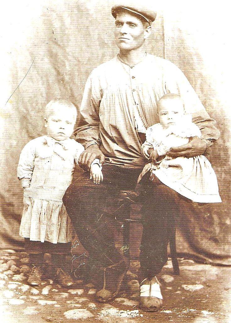 Blusón de algodón degradé de la década del 20. Curiosamente, es de las pocas imágenes donde no se ve el cuello de la camisa interior. Fotografía de Vte. Talens, recogida en el Archivo de Huget.