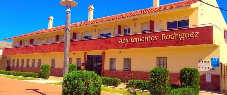 Apartamentos Rodriguez, www.apartamentosrodriguez.upps.eu, Die Unterkunft Apartamentos Rodríguez bietet kostenfreies WLAN, einen Garten und eine Terrasse und liegt in Matalascañas. Jerez de la Frontera ist 50 km entfernt. Alle Wohneinheiten bieten einen Flachbild-TV. In einigen Wohneinheiten gibt es einen Sitzbereich und/oder einen Essbereich. Zur Ausstattung gehört auch eine Küchenzeile mit einer Mikrowelle, einem Toaster und einem Kühlschrank.