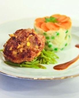 Aardappelpuree met erwtjes en kippenhamburger met verse maïskorrels - Recepten - Culinair - KnackWeekend.be