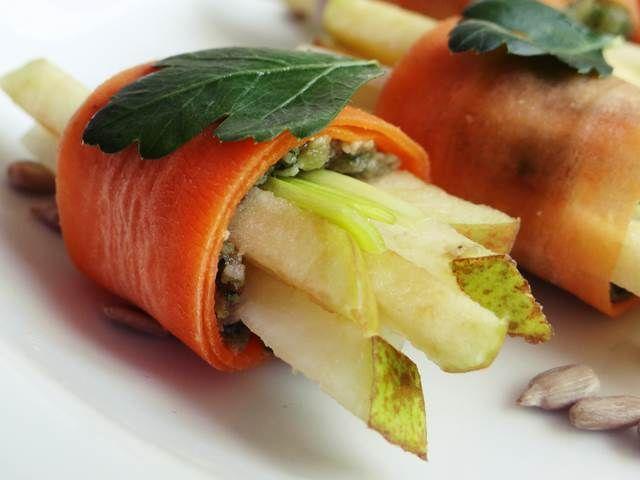 Zawijamy dalej :) Po cukinii przyszedł czas na marchewkę. Składniki: marchewka 1-2 sztuki średniej wielkości jabłko 1 sztuka gruszka 1 sztuka por pestki słonecznika 100 g czosnek 1 ząbek natka piet...