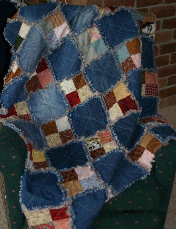 Une bonne idée, le mélange de grands carrés de jeans et de tissus ordinaires pour un scrap quilt.