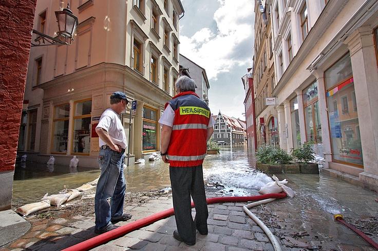 Altstadt unter Wasser im Juni 2013: Der Leiter der Ost-Division, Major Poldi Walz (r), informiert sich vor Ort in Meißen über die aktuelle Situation bei Feldsergeant Gerald Dueck (l), der bereits bei den Überschwemmungen 2002 und 2006 Hand anlegte.
