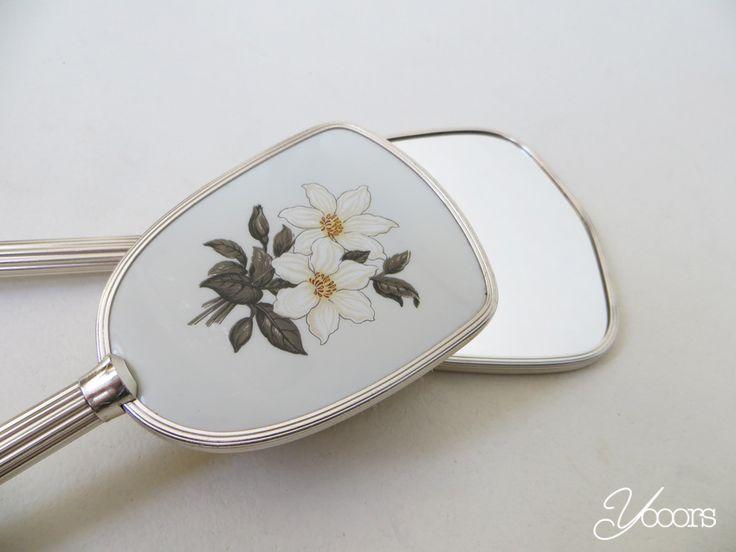 KAPTAFEL SET (Y15157) -- Aangeboden door www.yooors.nl ---- De borstel en spiegel zijn in zeer goede staat en hebben beide een opdruk van witte bloem op de achterzijde. De handgrepen van de borstelen spiegel zijn van metaal.