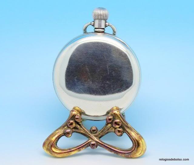 Excelente peça de coleção, produzido em 1935. A reconhecida casa J.W.BENSON, que foi relojoeiro da Casa Real Britânica, produziu um relógio para comemorar o Jubileu da Coroação do Rei George V e da Rainha Mary. Mais informações http://www.relogiosdebolso.com/epages/180481.sf/pt_PT/?ObjectPath=/Shops/180481/Products/REP.539
