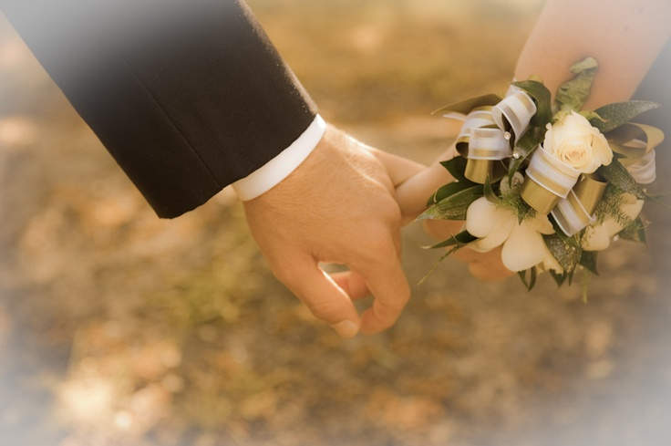 love this corsage, but maybe with light pink flowers instead