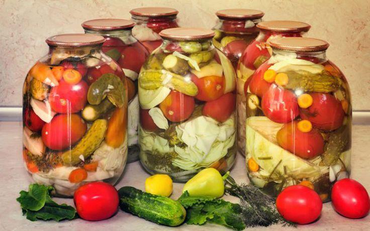 Рецепт овощного ассорти в маринаде на зиму. Пропорции овощей регулируйте на свой вкус.  Ингредиенты — небольшие помидоры — небольшие огурцы — морковь — цветная капуста —...