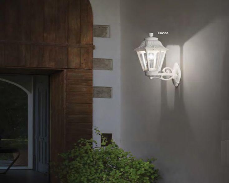 Illuminazione esterna villa classica: villa in sardegna esempio di