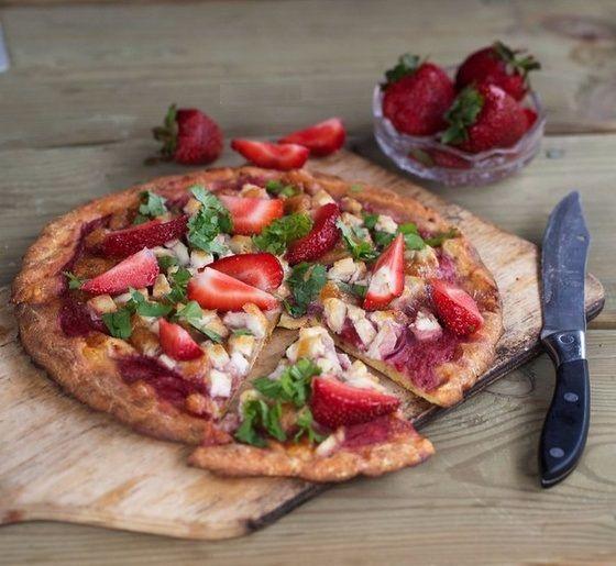 Диетическая пицца с курицей и клубникой
