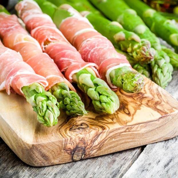 Spargel mit Parmaschinken ist einer der Klassiker unter den Spargelgerichten. Die aromatische Liaison lässt uns Frühlingsgefühle erleben.