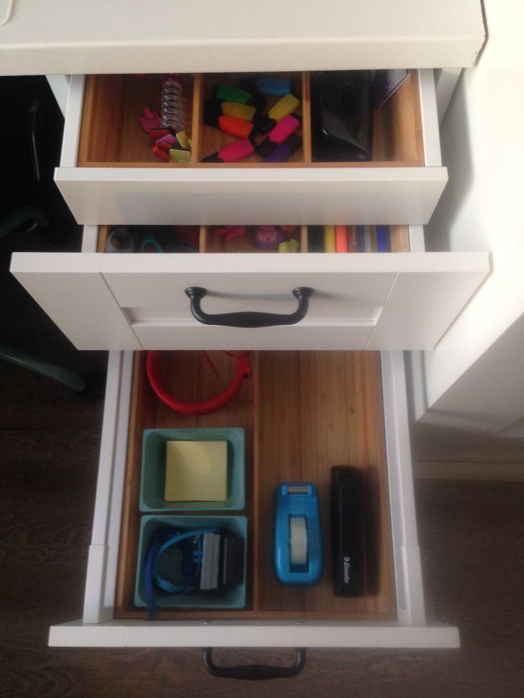 IKEA hack keukenkast 60 hoog met stelpoten eronder. Gekozen voor ladeblok met binnenlade. Voor onze dochter is dit natuurlijk haar geheime la. Bestekbakken ingezet om spulletjes netjes te ordenen.