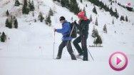 """Schneeschuhwandern hat sich in den vergangenen Jahren regelrecht zu einer Trendsportart entwickelt. Cafè Puls Moderatorin Bianca Schwarzjirg hat den Trendsport """"Schneeschuhwandern"""" getestet:"""