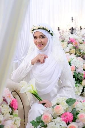 diana amir wedding dress- simple and syar'i. love it (except her flower crown)