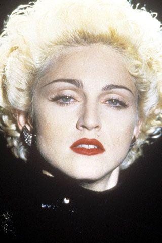 También en 1990 Madonna protagonizó junto a Warren Beatty la película Dick Tracy. La cantante mostró entonces uno de sus característicos looks, cabello rubio platino y cejas oscuras, que repetiría en numerosas ocasiones a lo largo de su carrera.