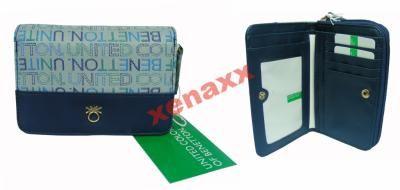 Portfel z kolekcji - MISTRAL JACQUARD Skład zewnetrzny 100% Poliuretan Logo marki na portfelu W pudełku Kolor - niebieski Portfel posiada: - 4 przegródek na karty - 4 większych przegródek - 1 okienko - 1 przegroda na banknoty Całość zapinana na zatrzask - 2 większe kieszenie na bilon Całość zapinana na ekspres Wymiary: 15 cm X 10 cm X 3 cm