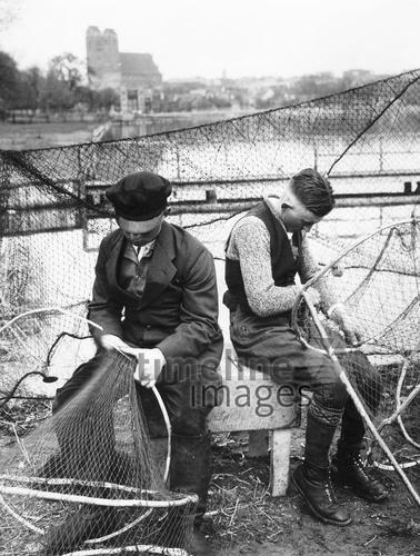 Fischerwettkampf am Uckersee, 1934 Timeline Classics/Timeline Images #Fischer #Fischerei #Angler #Angeln #Fisch #Fischen #Fishing #Fisher #Fishery #Fish #Netzeflicken #Netz #Wettkampf #Wettbewerb #See #Binnenfischer
