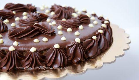 La Crostata al cioccolato è una ricetta senza cottura in forno. Una base biscotto, cremoso al cioccolato e una copertura di ganache al cioccolato fondente.