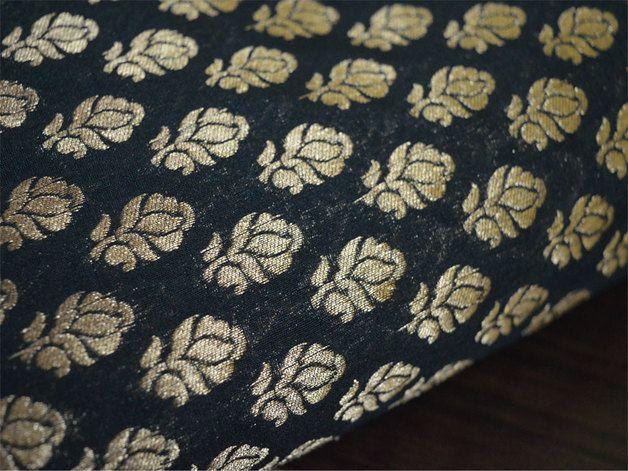Ceci est une belle et benarse brocart de soie motifs floral de tissu en noir et or. Le tissu illustré petits motifs tissés d'or sur fond noir.  Vous pouvez utiliser ce tissu pour faire des robes,...