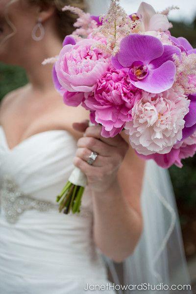 Bruidsboeket met roze pioenrozen en paarse orchideeën