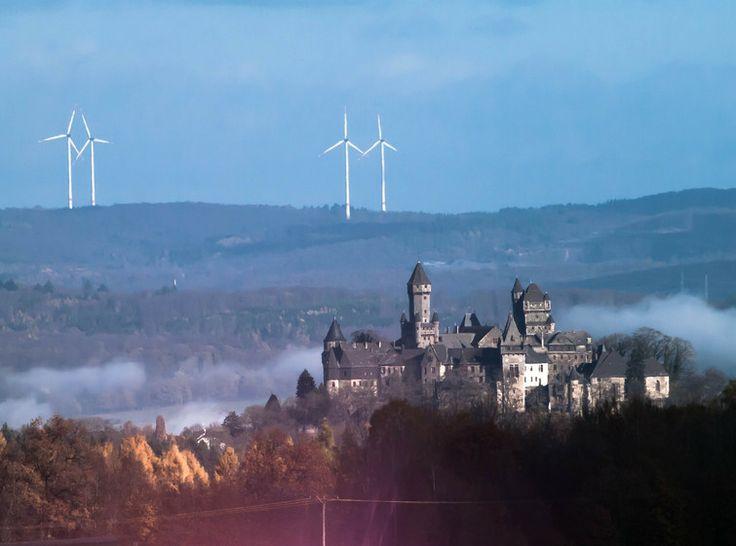 Schloss Braunfels vor etwas ungewöhnlicher Kulisse: Windkrafträder im Westerwald