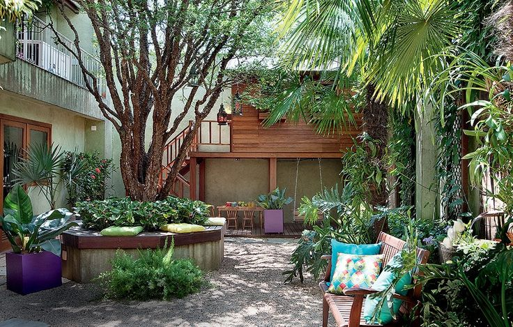A jabuticabeira reinava sozinha no quintal. A paisagista Gigi Botelho criou um jardim que agrada ao casal de moradores e às duas filhas pequenas. Para as meninas, ela projetou uma casa de bonecas elevada. Para os pais, um banco em torno da árvore